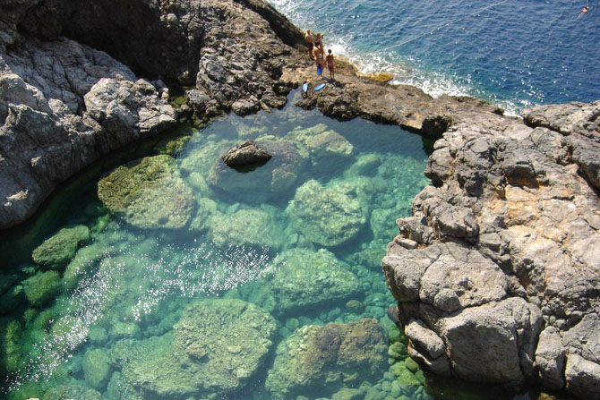 Hytra (Avgo), Caves, wondergreece.gr